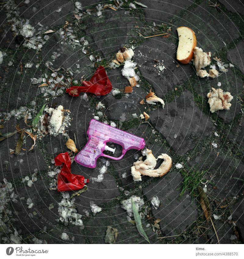 There we have the salad | crime scene Trash fruit Apple Toy gun Water pistol off Balloon Broken lying around Cobblestones dreclig Trashy Bread breadcrumbs
