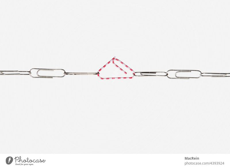Symbolic image, dispute at the workplace Paper clip Tug-of-war Tension Tensions paper clip harassment tear test symbol picture nobody Dispute