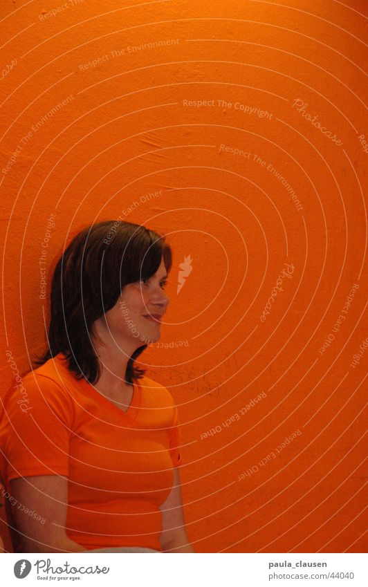 Ute in orange Brunette Tone-on-tone Portrait photograph Audience Woman Orange orange wall Orange T-Shirt Human being Looking Loneliness Interest