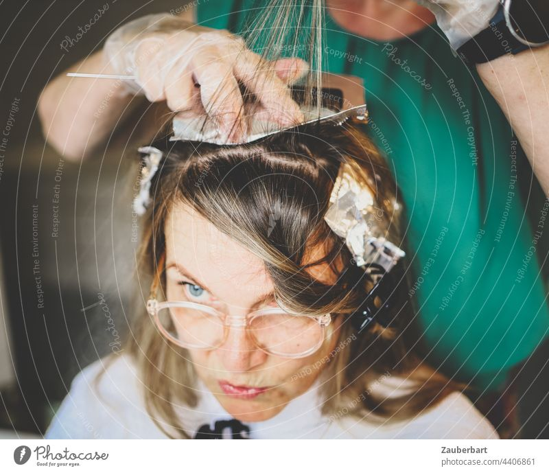 Make highlights yourself (2) hair do it oneself Dyeing aluminium foil Woman Hair and hairstyles DIY Strand of hair Blonde Feminine Face Eyes concentrated pretty