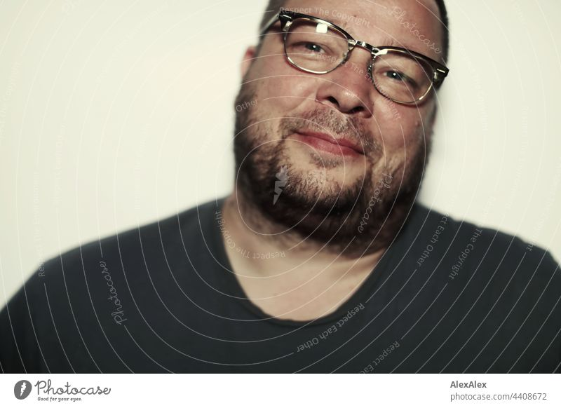 Close up of smiling man with glasses and 3 day beard Man 3-days-beard unostentatious gut portrait Athletic good-looking Reliability Photographer inward