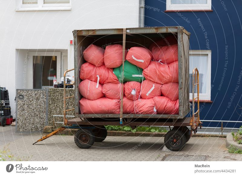 Laundry trolley in front of a residential accommodation Trailer Exterior shot color photograph Vehicle container trolley landing mobile nobody service