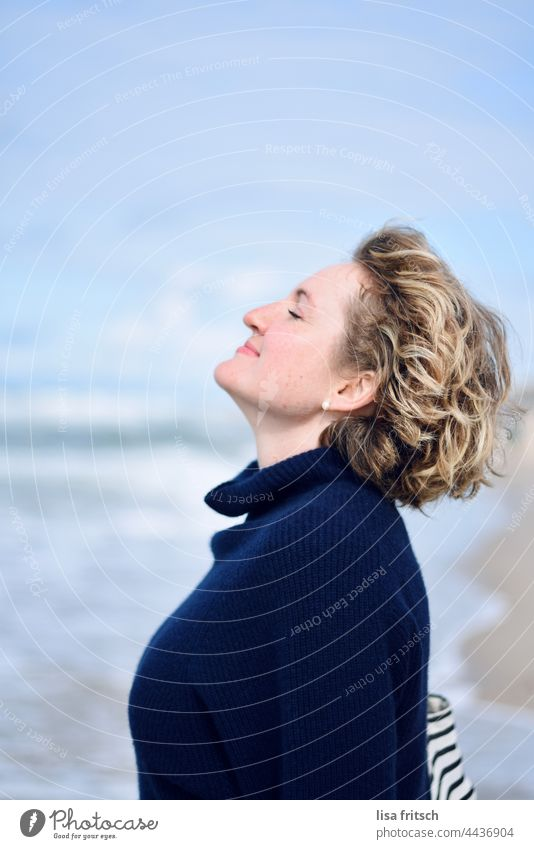 BREATHE - SEA - RECREATION Woman 30 - 45 years Blonde Short-haired eyes closed Breathe take a breath To enjoy tranquillity Relaxation Ocean Adults Exterior shot