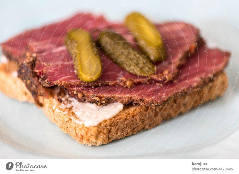 Pastrami Toast auf Roggentoastbrot pastrami sandwich Toastbrot Teller blau meerrettich Speck gegrillt roastbeef schinken zutaten fleisch essen mahlzeit