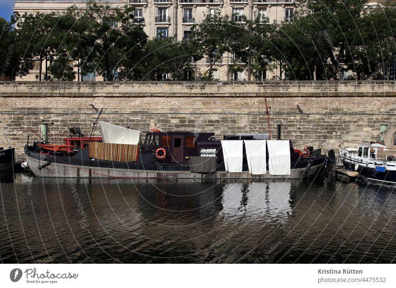 hausboot im port de l'arsenal wohnboot liegeplatz hafenbecken kanal binnengewässer wohnen leben wäsche waschtag schwimmen port de l'arsenal paris ufer