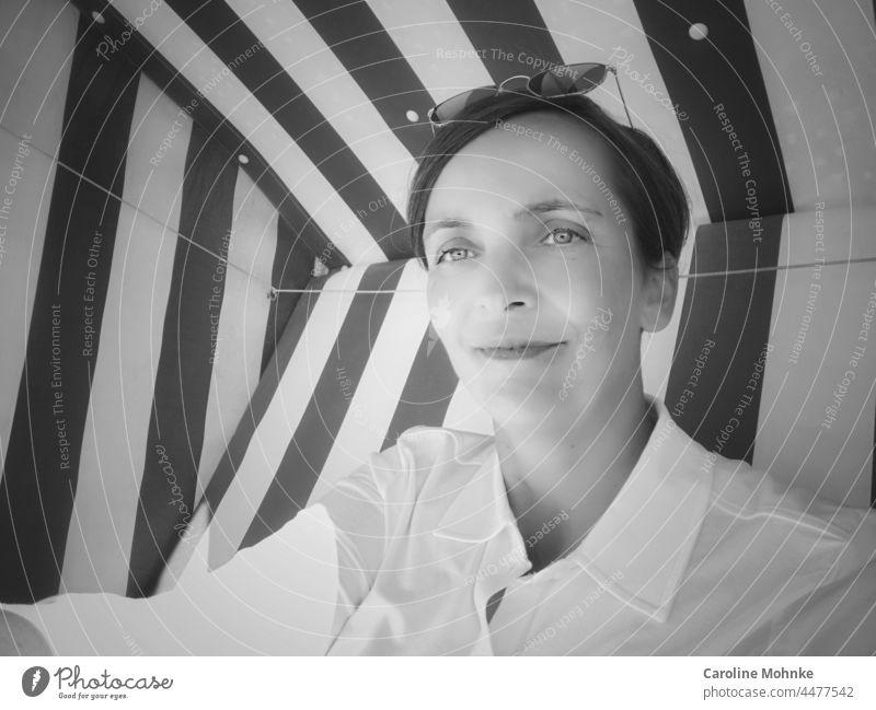 Zufrieden in die Welt blickend Portrait zufrieden Frau lifestyle portrait draussen schauen Blick lächeln glücklich lachen natur freizeit erholung sportlich Meer