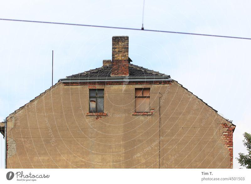 Ein Haus mit Zwei Fenstern Leipzig haus fenster Schornstein Altbau herbst Gebäude Architektur alt Fassade bauwesen urban bauwerk gebäude fassade architektur