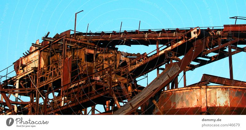 Gravel plant IV Summer Shut down Containers and vessels Platform Conveyor belt Work of art Sun Blue Sky Rust Old Loneliness Basin String footbridge Pipe