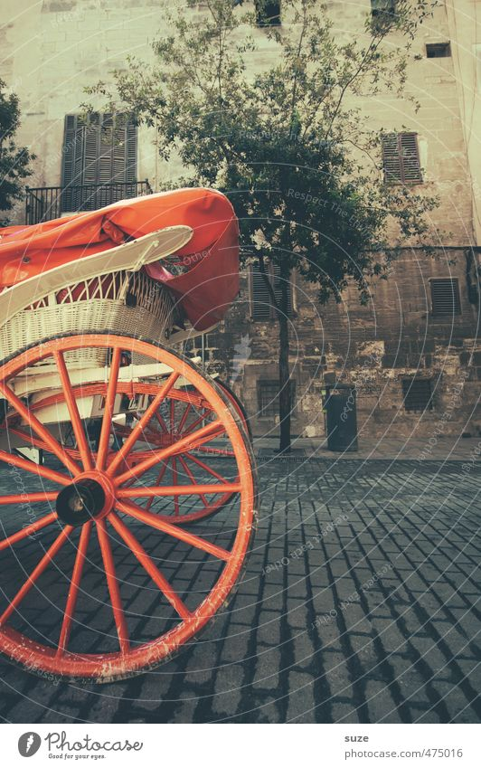 rear wheel Leisure and hobbies Tourism Sightseeing Tree Old town Places Marketplace Building Street Horse-drawn carriage Wood Historic Round Red Wheel Wheels