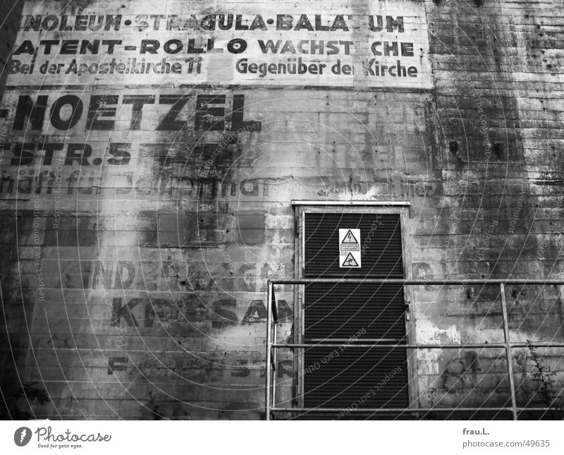 Wall (building) Door Concrete Characters War Advertising Typography World War Painted Dugout Second World War Flak tower Air raid shelter