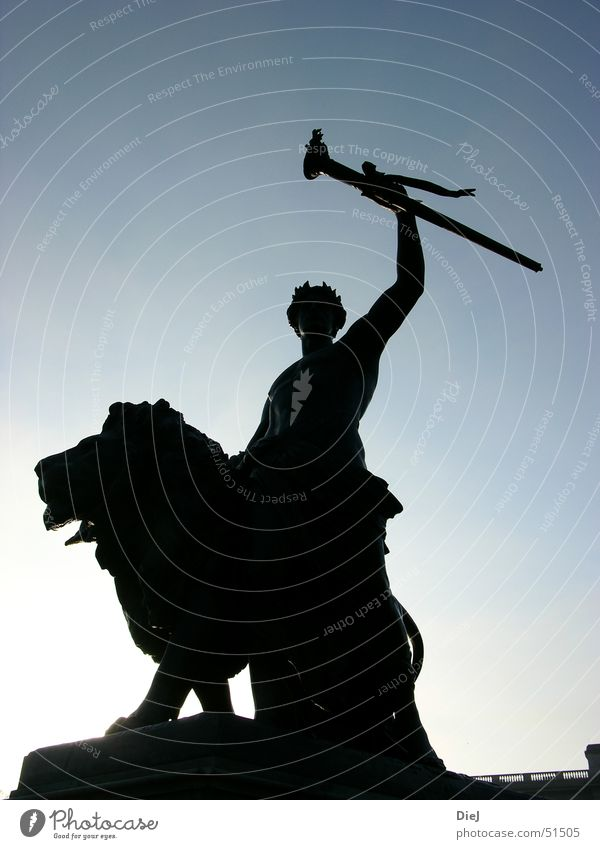 Human being Sky Blue Sun Autumn Bright Success Europe Posture Statue London Lion Digital photography Great Britain Torch Buckingham Palace
