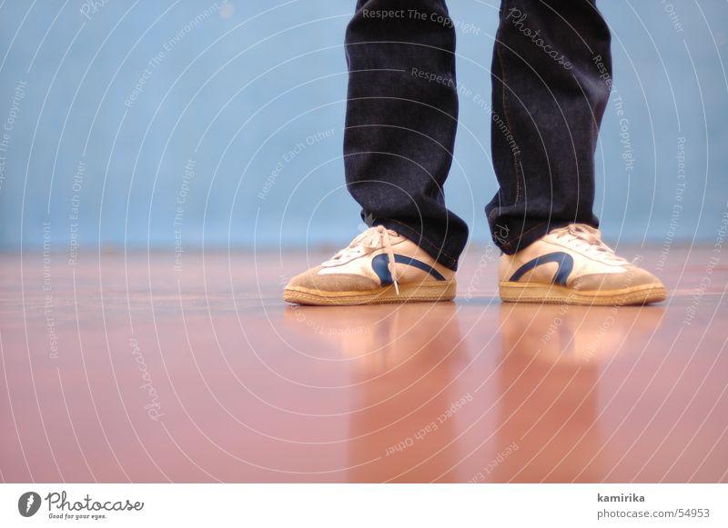 Old Wall (building) Footwear Floor covering Jeans Sneakers Gymnasium Shoelace Old-school