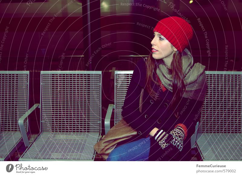 At the station (IX). Style Feminine Young woman Youth (Young adults) Woman Adults 1 Human being 18 - 30 years Transport Means of transport Passenger traffic