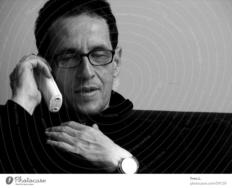Man Hand Face To talk Laughter Telephone Communicate Eyeglasses Clock Concentrate Listening Sweater Human being Portrait photograph Telecommunications To call someone (telephone)