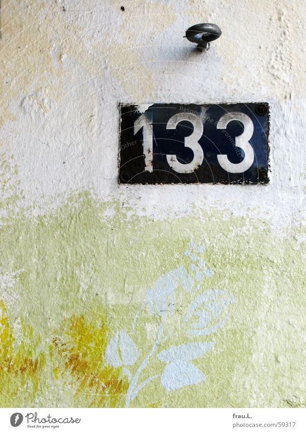 133 Digits and numbers House number Wall (building) Tin plate sign Painting and drawing (object) Checkmark Screw Flower Mural painting Signs and labeling Old