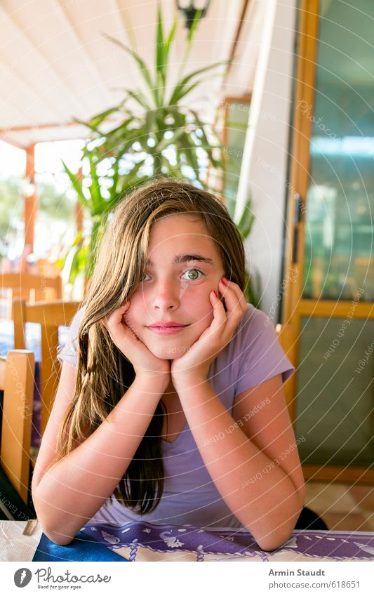 Waiting in the restaurant Restaurant Human being Feminine Youth (Young adults) 1 13 - 18 years Child Brunette Observe Relaxation Looking Sit Friendliness