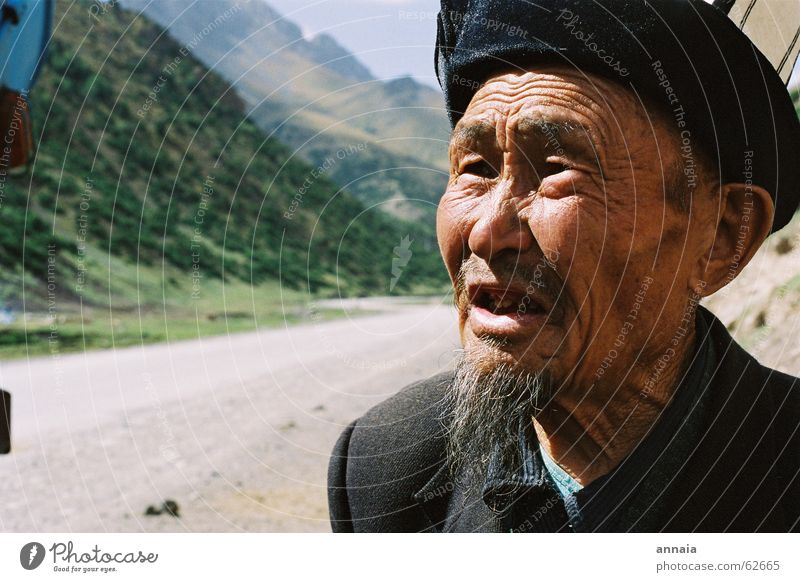 Old man Facial hair Goatee To talk Kyrgyzstan Grandfather Heartrending Hitchhike Wrinkles kalpak Human being Mountain Street Death