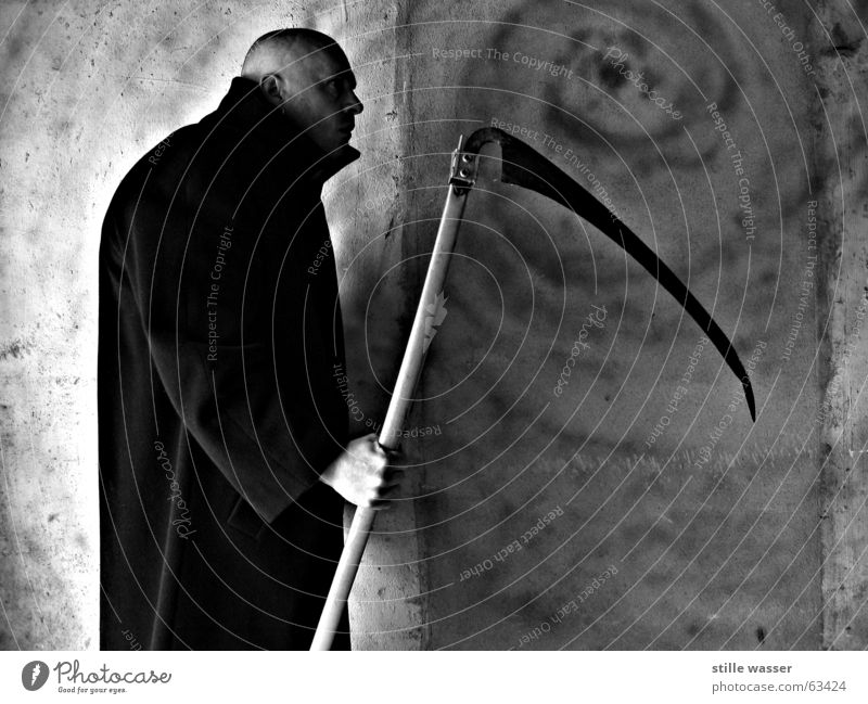 Death Cold Fear Dangerous Whimsical Obscure Bald or shaved head Coat Panic Vampire Hair and hairstyles Human being Scythe The Grim Reaper Dracula Executioner