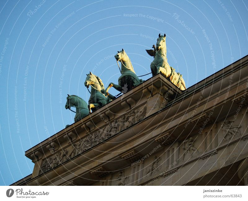 quattro Brandenburg Gate East Horse Building Ornament Monument Border Ossi Wessi Border checkpoint Landmark Berlin east-west Vest Sky Blue Stone Horse and cart