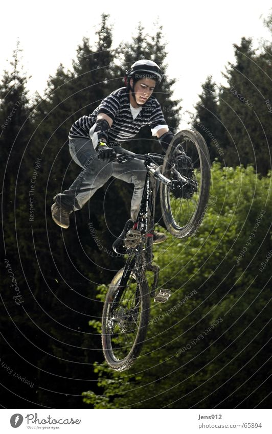 slop style Mountain bike Bicycle Sporting event Stripe Forest slopstyle downhill Sports Movement Dangerous Curve Ski-run Body control Talented Brave