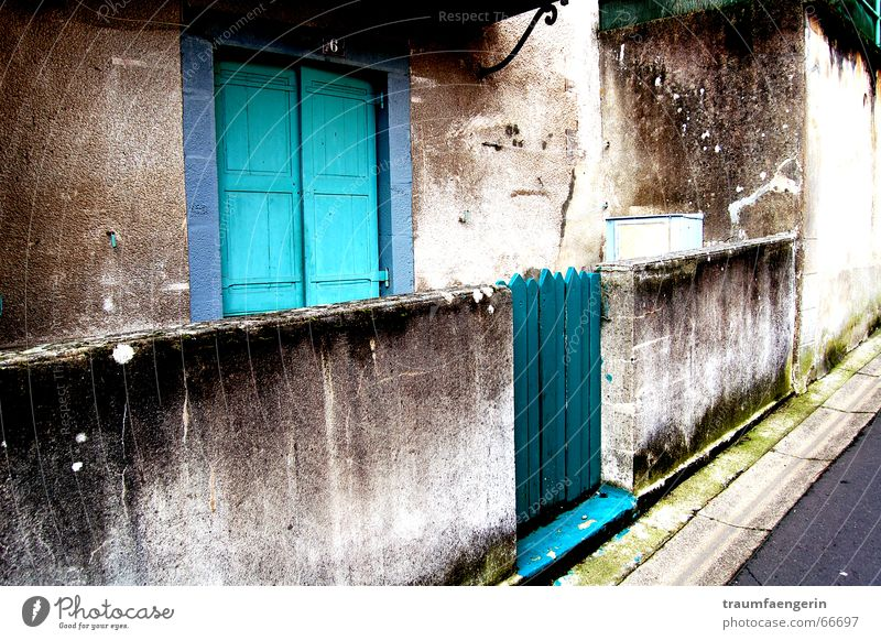 at someone else's house Entrance Turquoise Wall (building) Gray Front garden Canopy Dirty Concrete House (Residential Structure) Flat (apartment) Auvergne