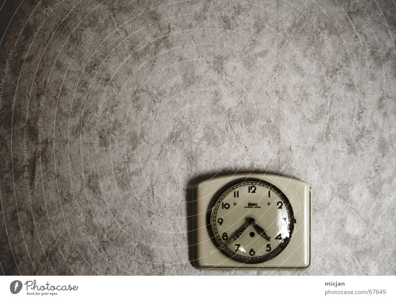 Old White Yellow Dark Wall (building) Gray Wall (barrier) Metal Small Time Retro Round Clock Decoration Interior design