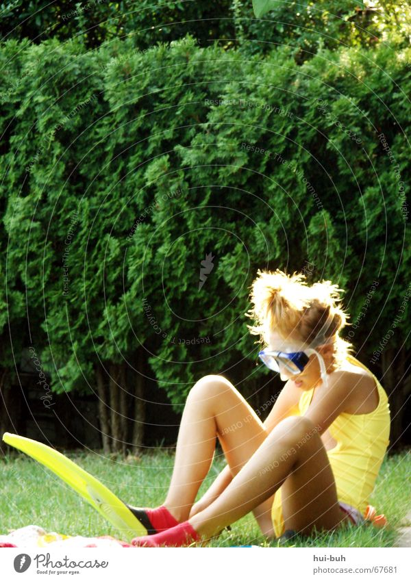 waiting for the flood Back-light Swimsuit Eyeglasses Diving equipment Hand Shoulder Fingers Grass Bikini Knee Light Concentrate Important Interesting Yellow