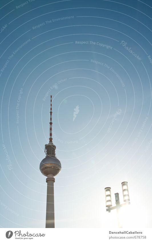 La Tour de la télévision de Berlin Lifestyle Elegant Tourism Sightseeing City trip TV set Antenna Technology Telecommunications Cloudless sky Sun Summer Germany