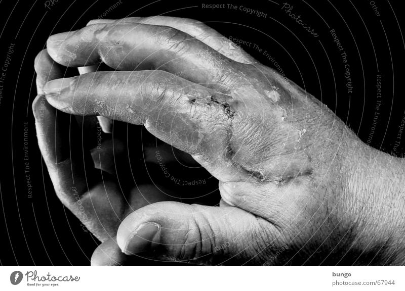 Hand Senior citizen Hair and hairstyles Sadness Work and employment Skin Fingers Broken Wrinkles Mirror Fat Pain Craft (trade) Crack & Rip & Tear Blood Cry