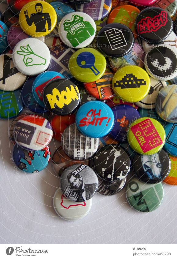 push the button the second Name badge Pop music Multicoloured Retro Old-school Pin Pop Art Pop culture