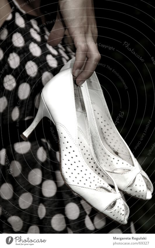 white shoes Footwear Hand Dress pums To hold on Point black.white Landing