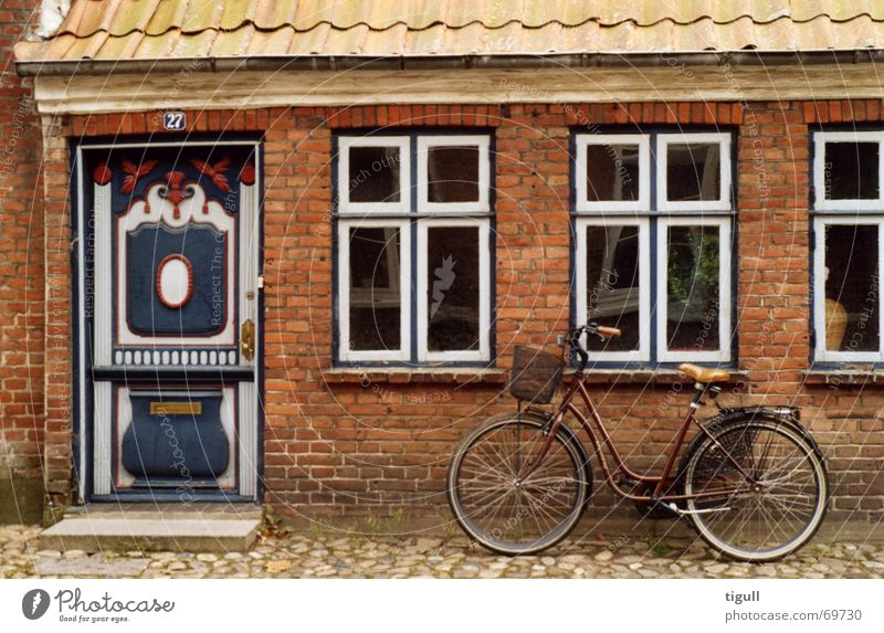 Parked bike Ribe Bicycle Window Wall (building) House (Residential Structure) Scandinavia Jutland Ancient Denmark oldest town Door Old Front door