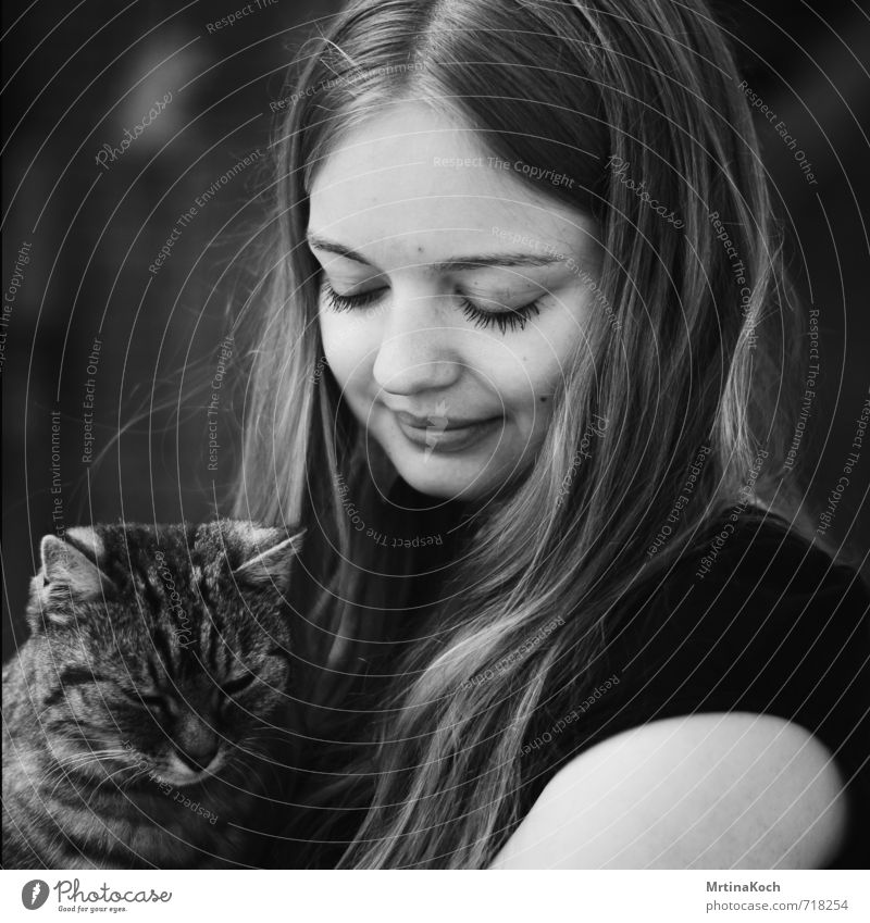 she and the cat from a stranger. Human being Feminine Young man Youth (Young adults) Woman Adults 18 - 30 years Animal Pet Cat Safety Protection
