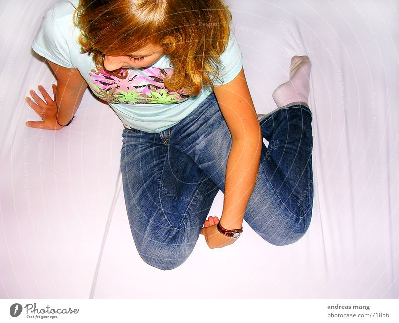 Hand Loneliness Hair and hairstyles Arm Wait Sit T-shirt Jeans Bed Pants