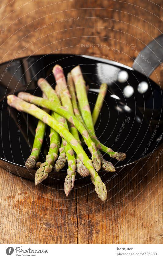 asparagus pan Food Vegetable Organic produce Vegetarian diet Slow food Pan Eating Brown Green Black Asparagus iron pan Wooden board Wooden table Raw Portion