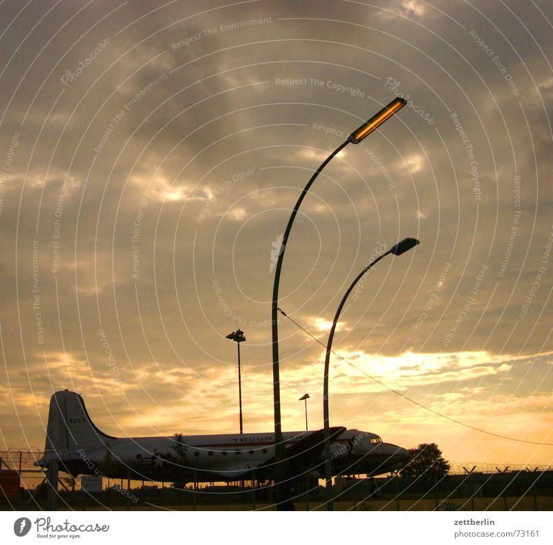 raisin Chewing gum Brand of cigarettes Airplane Back-light Clouds Sunset Lantern raisin bomber air bridge air bridge monument Sky Airport