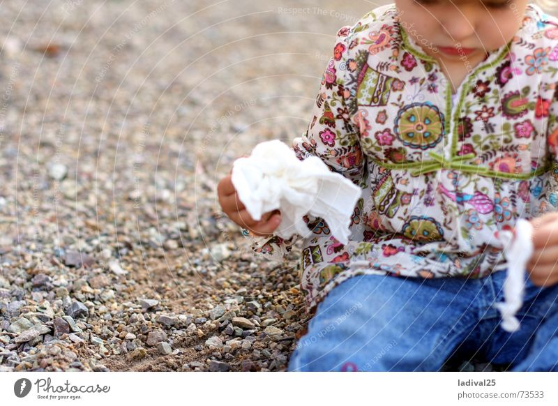 The little one and her handkerchief Child Girl Infancy Body Mouth Lips Hand Fingers 1 Human being 1 - 3 years Toddler Curl Select Build Observe Think Crawl Make