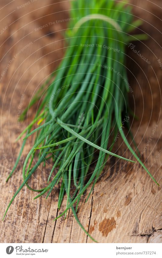 Allium schoenoprasum Food Organic produce Vegetarian diet Cheap Good Chives Herbs and spices herbaceous Stalk Bundle Wooden board Rustic Fresh Raw Water Patch