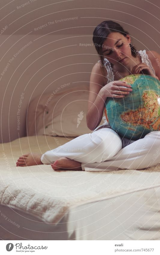 Plan a trip around the world Human being Feminine Young woman Youth (Young adults) Woman Adults 1 13 - 18 years Child 18 - 30 years Globe Touch To hold on Sit