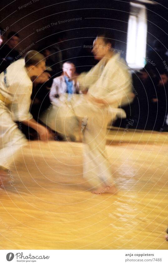 Fight! Karate Sports tatami Kyokushin's Quay Movement
