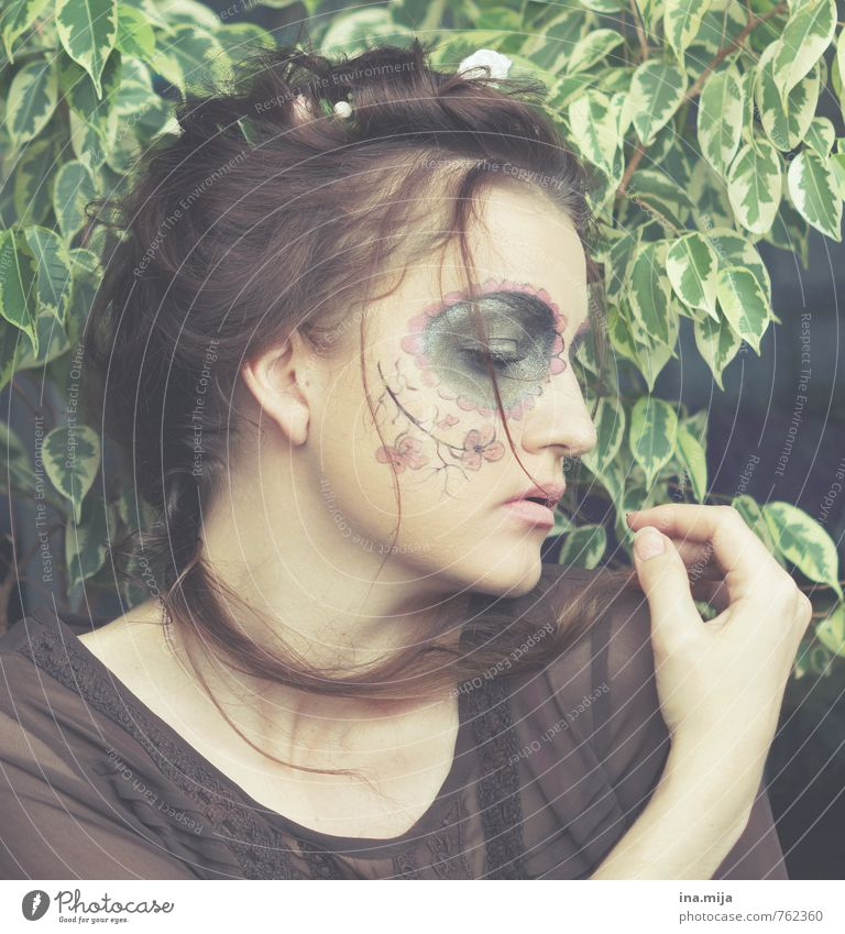 young woman with face paint Human being Feminine Young woman Youth (Young adults) Woman Adults Face 1 13 - 18 years Child 18 - 30 years 30 - 45 years Actor