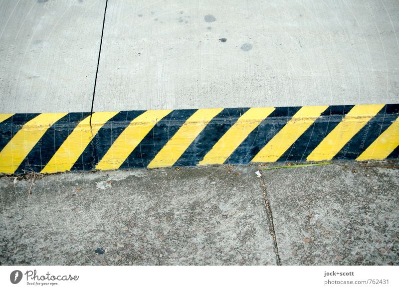 clearway Traffic infrastructure Street Roadside Concrete Road sign Stripe Sharp-edged Long Yellow Black Arrangement Lanes & trails Curbside Seam Warning colour
