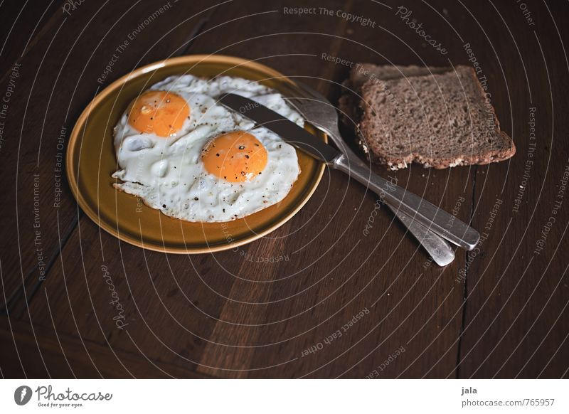 fried egg Food Bread Fried egg sunny-side up Egg Nutrition Breakfast Organic produce Vegetarian diet Crockery Plate Cutlery Knives Fork Delicious Natural