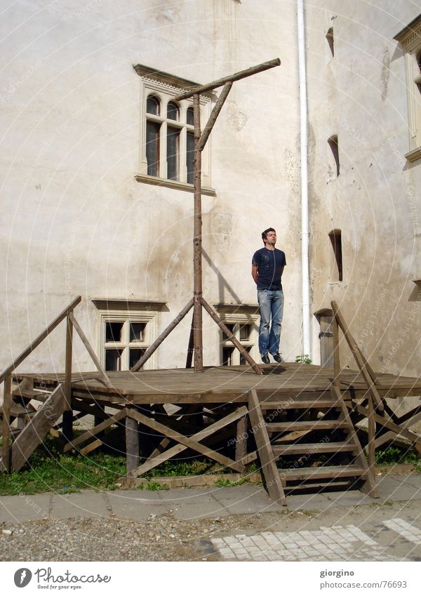 dead without rope Sibiu hunging gallows bird scaffold old fashioned kill killing castle old castle Romania