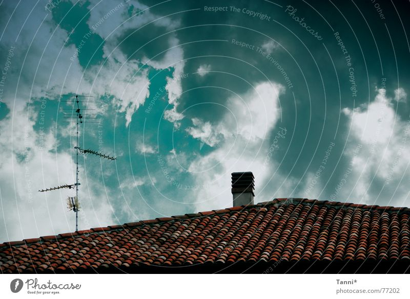 cielo Clouds Roof Antenna Green Red Tiled roof Roofing tile Radio technology Bad weather Sky Chimney Digital photography Cloud formation Clouds in the sky