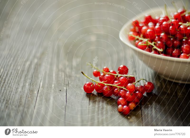 Johannis from the garden Food Fruit Nutrition Vegetarian diet Bowl Agricultural crop Wood Fresh Healthy Natural Juicy Sweet Red Redcurrant Wooden table Berries