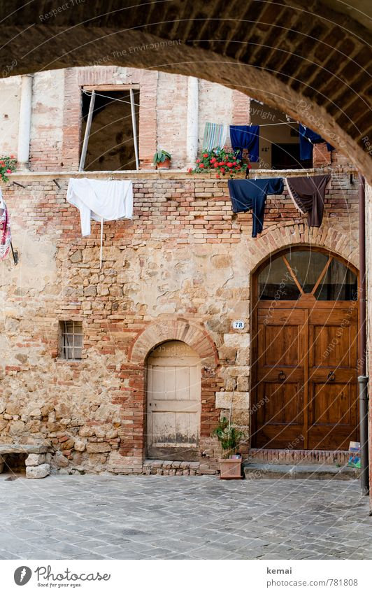 Vacation & Travel City Beautiful Calm House (Residential Structure) Wall (barrier) Tourism Italy Village Brick Downtown Old town Laundry Backyard Clothesline