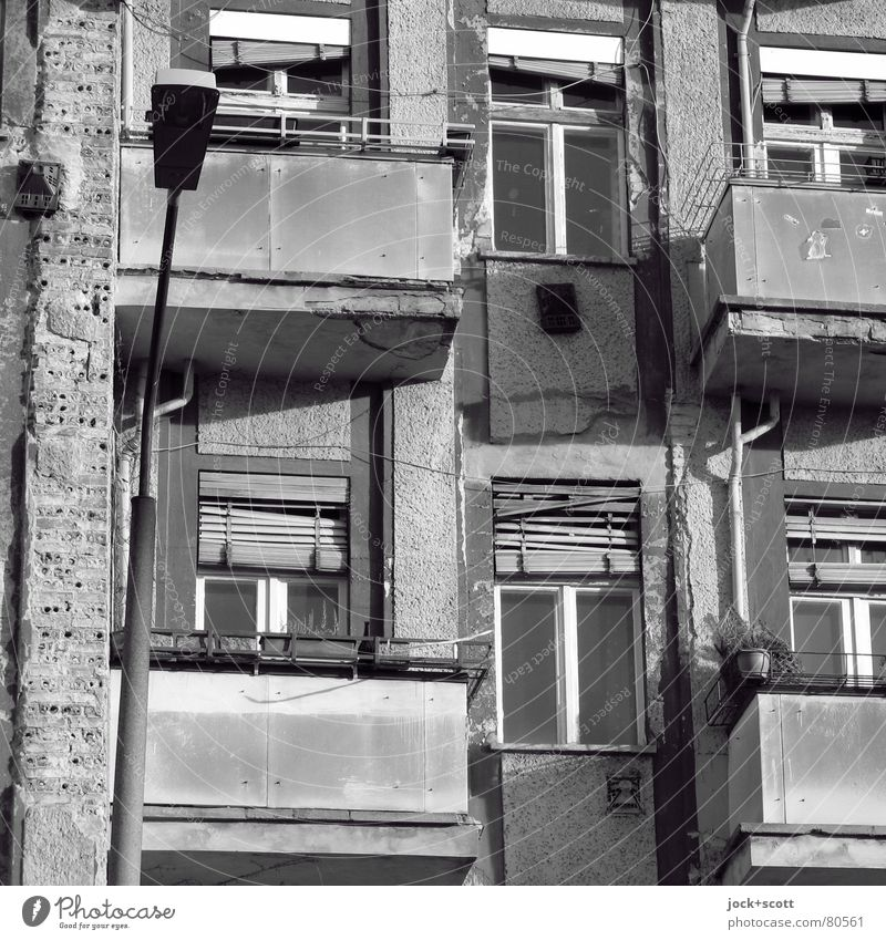 Window Building Facade Living or residing Gloomy Change Retro Culture Lantern Past Balcony Decline Stress Chaos Shabby Old town