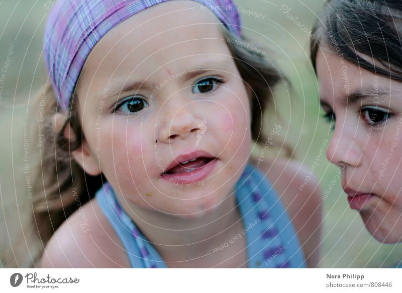 Human being Child Beautiful Girl Face Eyes Feminine To talk Playing Hair and hairstyles Happy Head Together Family & Relations Infancy Skin