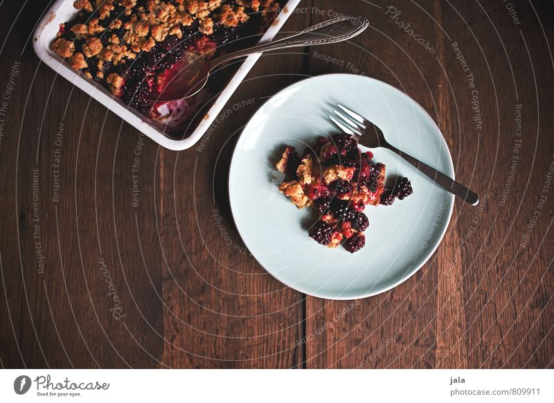 crumble Food Fruit Cake Dessert Candy Blackberry Granules Nutrition To have a coffee Organic produce Vegetarian diet Crockery Plate Bowl Fork Spoon Oven dish